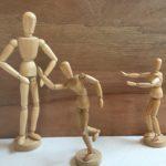 Fitch ledepoppen beelden de positie in het gezin uit de eerste is een grote stattitsche pop de tweede rent weg en de derde probeert het te sussen