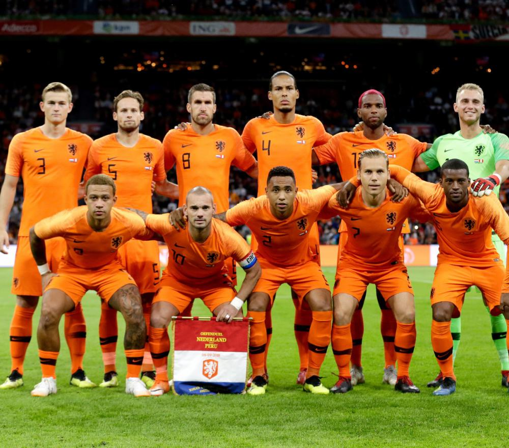 het nederlands elftal van 2-18 staat opgesteld voor de foto
