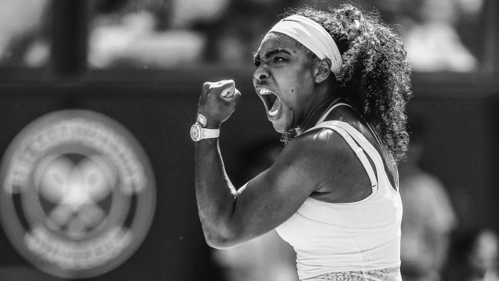 foto van tennister serena wiliams, ze juicht en heeft haar vuist in de lucht