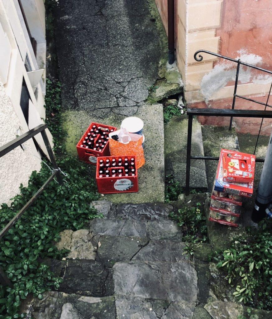 foto van een italiaanse steeg met daarin boodschappen die zijn ingeslagen zodat ze kunnen blijven zitten met het corona virus