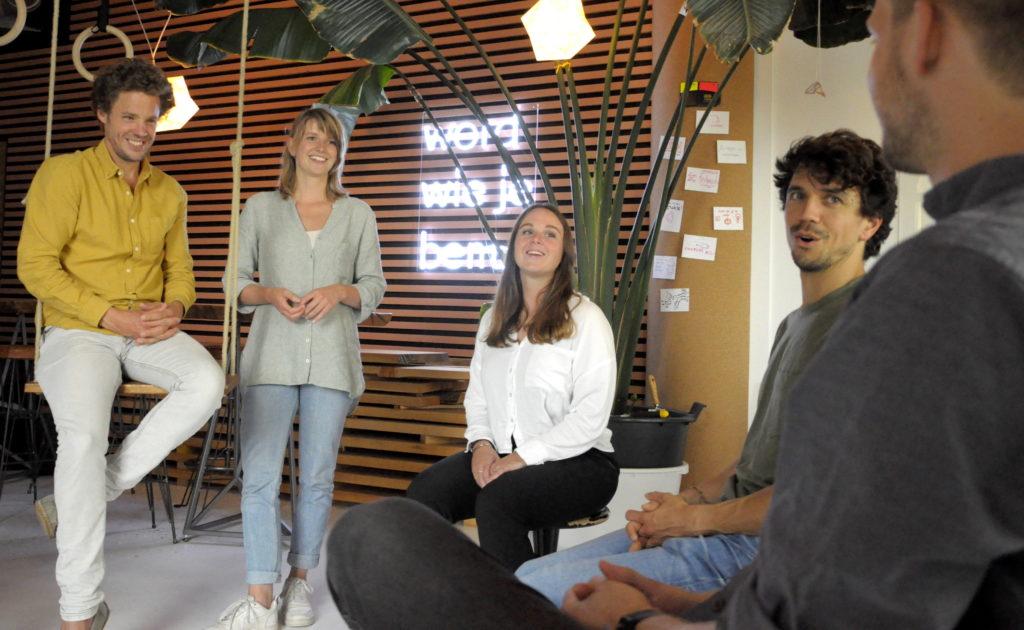 teamcoaching bij fitch je ziet fitch psychologen nicolas en femmie in de Fitch ruimte in utrecht in gesprek met drie mensen uit een team